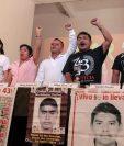 Los padres de los estudiantes desaparecidos, durante la conferencia de prensa donde manifestaron su malestar por el ascenso de Zerón. (Foto Prensa Libre: EFE).