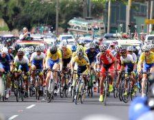 La Vuelta Ciclística reúne a miles de familias que salen a las calles a observar el paso de los deportistas. (Foto Prensa Libre: Hemeroteca PL)