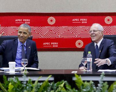 El presidente de Estados Unidos, Barack Obama, se reúne con su homólogo peruano, Pedro Pablo Kuczynski, en Lima. (Foto Prensa Libre: AFP)