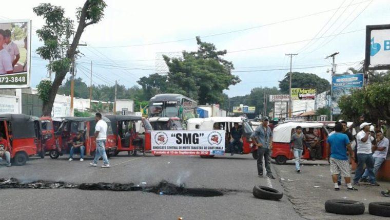 Manifestantes colocaron mototaxis para impedir el paso de vehículos. (Foto Prensa Libre: Melvin Popá).