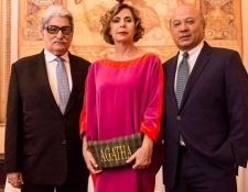 Rodrigo Urruela y José Luis Chea Urruela junto a la diseñadora española, Ágatha Ruiz. (Foto Prensa Libre: Agatharuizdelaparada.com)