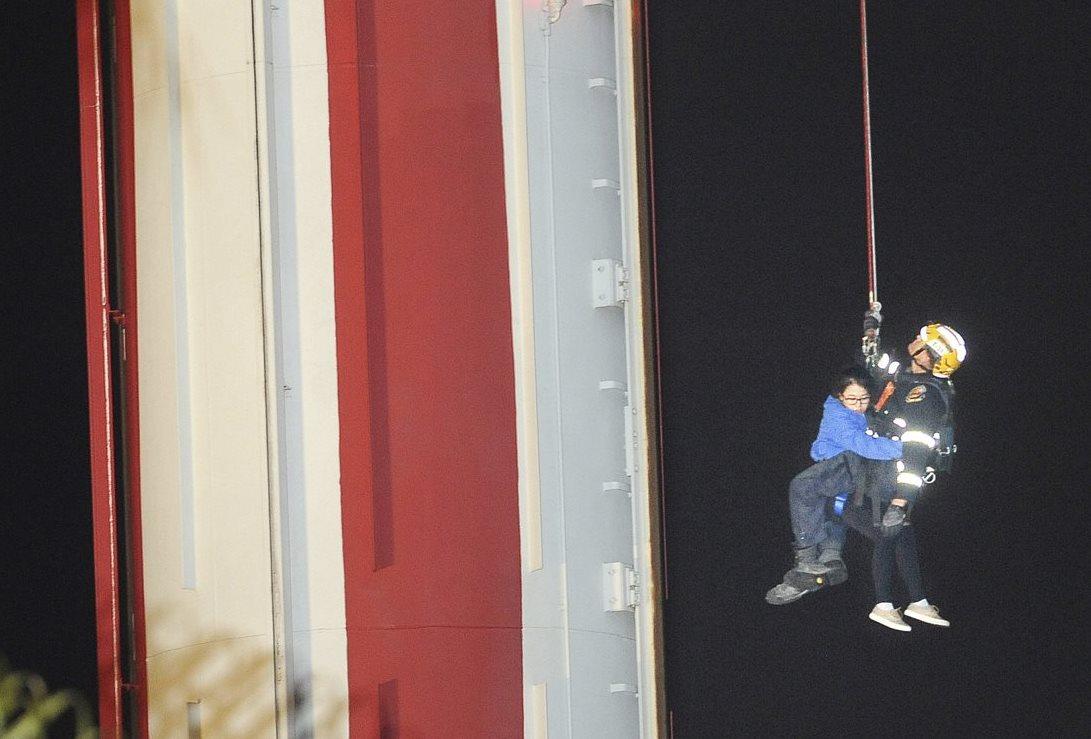 Rescatan a 21 personas de una atracción varada en California