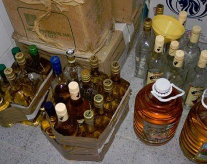 Alcohol adulterado. (Foto Prensa Libre: EFE)