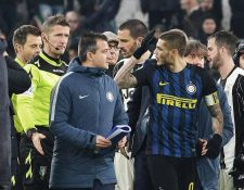 Mauro Icardi del Inter de Milán reclama al árbitro Nicola Rizzoli durante el partido contra la Juventus de Turín del fin de semana. (Foto Prensa Libre: EFE)