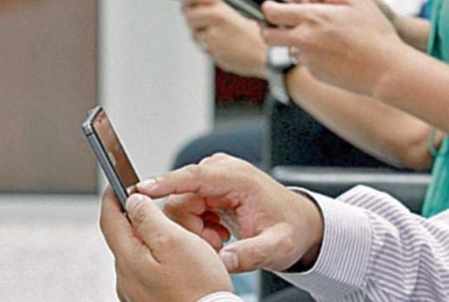 La comunicación por celular facilita el contacto con los migrantes. (Foto Prensa Libre: Hemeroteca PL)