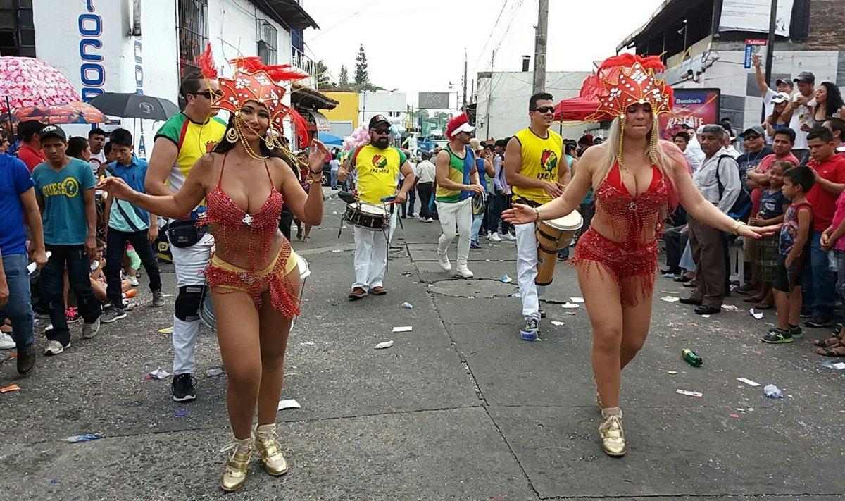 Dos bailarinas participan en el Carnaval de Mazatenango. (Foto Prensa Libre: Melvin Popá).