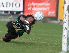 El exguardameta Jorge Marotta se ganó un lugar en el corazón de los aficionados guatemaltecos por su forma de entender el futbol (Foto Prensa Libre: Eddy Recinos)