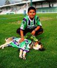 José Presancin y Toby son amigos inseparables y acompañan siempre al equipo.(Foto Prensa Libre: Renato Melgar)