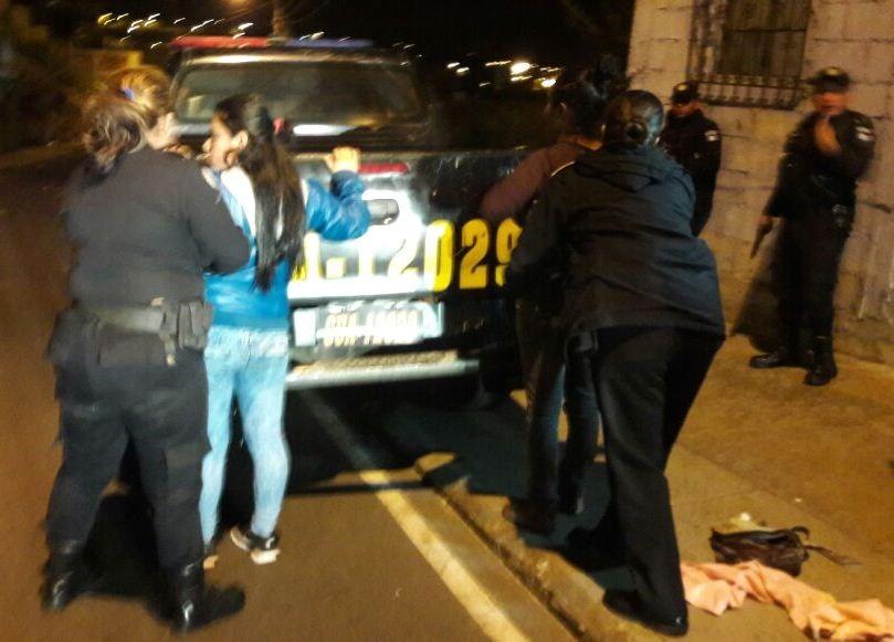 Detienen a dos mujeres por atentado contra unidad de la Policía. (Foto Prensa Libre: PNC)