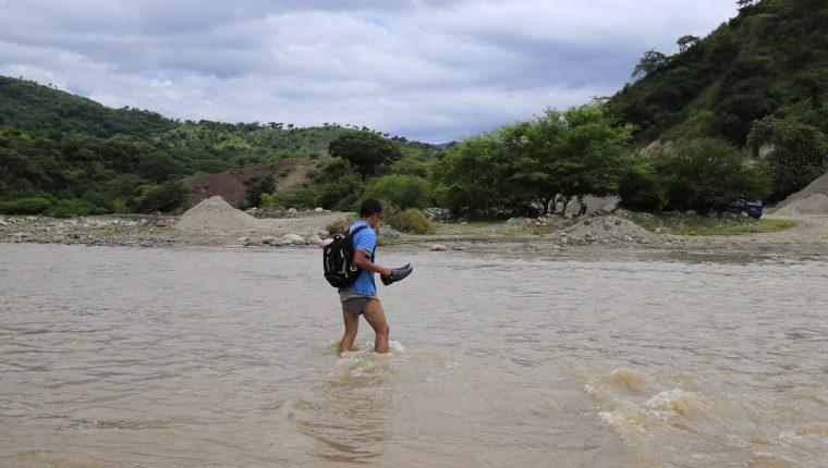 El profesor Juan Francisco Chamalé cruza el río Motagua todos los días para dar clases en una humilde escuela de la aldea Pixcayá en San Juan Sacatepéquez. (Foto Prensa Libre: Óscar Felipe)