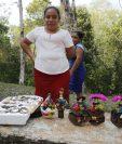 La artesana Vilsa Gualip muestra algunas de las muñecas de tuza que vende en Uaxactún, San Andrés, Petén. (Foto Prensa Libre: Paulo Raquec)