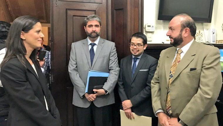 Representantes del Cacif llegaron al Congreso para dejar aportes para la aprobación de la ley de Aguas. (Foto Prensa Libre: José Castro)
