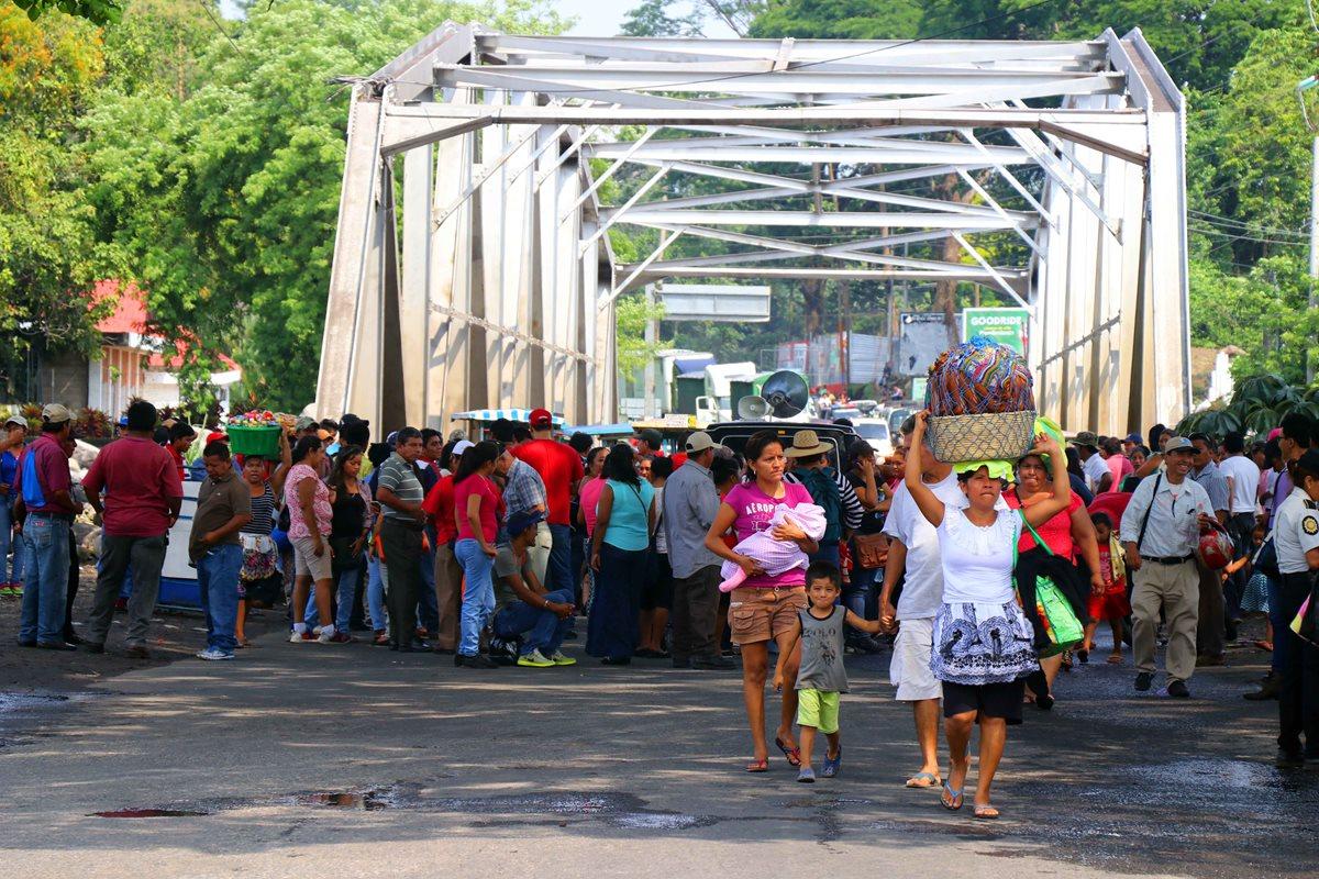 Manifestación en el kilómetro 178 de la ruta al suroccidente. (Foto Prensa Libre: Rolando Miranda).