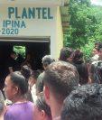 Vecinos se aglomeran frente a la oficina municipal de la comunidad El Plantel, La Libertad, Petén, quien murió baleada en frente a su escritorio. (Foto Prensa Libre: Rigoberto Escobar)