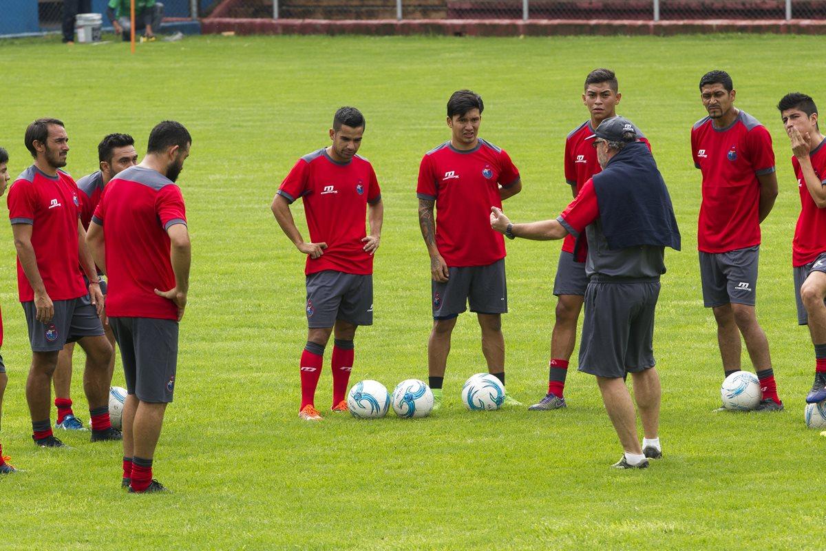 Los rojos volvieron a la actividad este jueves en el estadio Manuel Felipe Carrera. (Foto Prensa Libre: Norvin Mendoza).