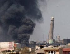 La bandera negra del autodenominado Estado Islámico (EI) ondeó en el minarete durante la batalla para recuperar Mosul. REUTERS