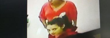 Una de las mujeres observa la cámara de videovigilancia en un supermercado de Salamá, Baja Verapaz, donde cometieron un robo. (Foto Prensa Libre: Baja Verapaz Digital)