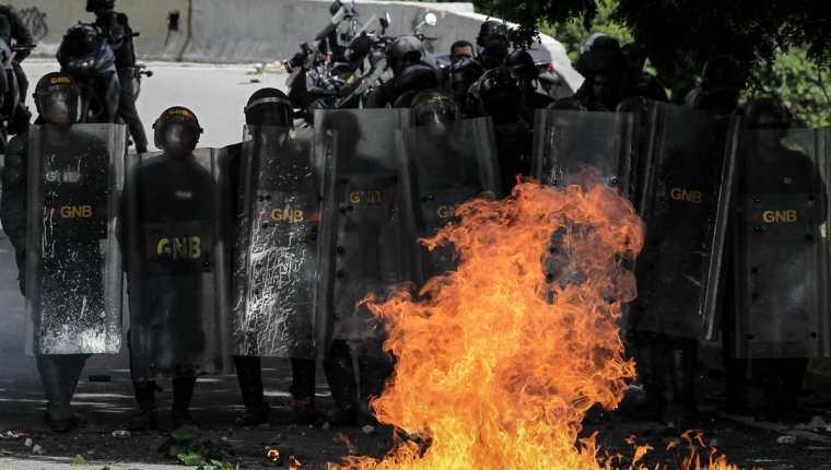 Efectivos de la Guardia Nacional Bolivariana (GNB) enfrentan a un grupo de manifestantes durante una manifestación antigubernamental el viernes 28 de julio de 2017, en Caracas Venezuela. (Foto, Prensa Libre: Efe)