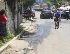 Las aguas servidas están a flor de tierra en la calle principal del barrio San Antonio, zona 10 de Mixco, donde según la comuna de ese municipio, transitan unos cinco mil vehículos al día. (Foto Prensa Libre: Oscar Felipe Q.)