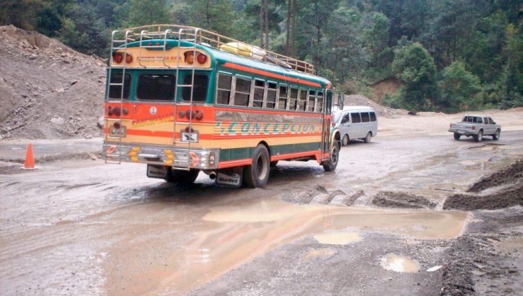 Transitar por las carreteras del país se ha convertido en un calvario para miles de automovilista que padecen el abandono de la red vial. (Foto Prensa Libre: Hemeroteca PL)