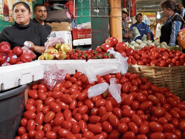 Precio elevado del tomate causa descontento