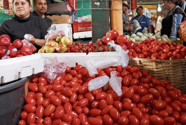Las amas de casa de Huehuetenango se quejaron ayer por el incremento desmedido de la libra de tomate.