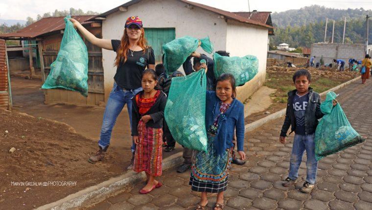 Los turistas participan en jornadas de limpieza en las comunidades que visitan. (Foto Prensa Libre: cortesía Marvin Grijalva)