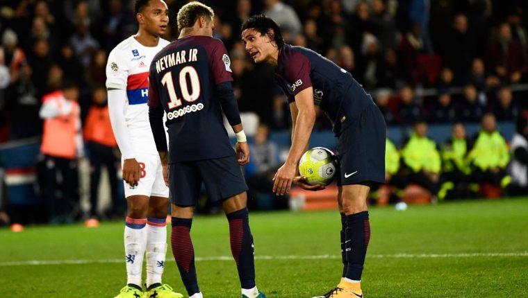 La imagen de Edinson Cavani diciéndole a Neymar que el tiraría el penalti se ha hecho viral. (Foto Prensa Libre: AFP)