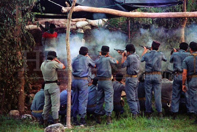 Ejecución de los reos Pedro Castillo y Roberto Girón por medio de fusilamiento, en la granja penal Canadá, en Escuintla el 13 de septiembre de 1996. (Foto: Hemeroteca PL)