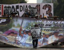 Familiares de los 43 estudiantes desaparecidos en septiembre de 2014 conmemoran el tercer aniversario de su desaparición en la Ciudad de México. (Foto Prensa Libre:AFP).