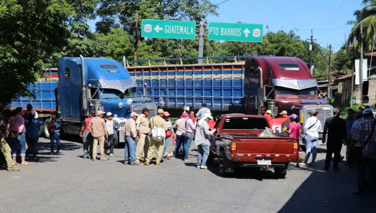 Bloqueo de salubristas en el Km 283 de la ruta a Petén, en Izabal. (Foto Prensa Libre: Dony Stewart)