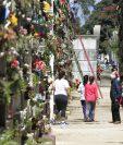 Familias decoran las tumbas de sus seres queridos. Se recomienda evitar colocar flores con agua, para que no proliferen zancudos y mosquitos que transmiten enfermedades. (Foto Prensa Libre: Carlos Hernández)