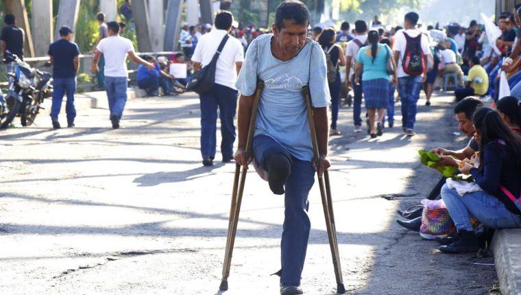 Daniel Antonio Cordero, de 52 años, se dirigía a Retalhuleu y fue uno de los miles de afectados por los bloqueos en carreteras. (Foto Prensa Libre: Rolando Miranda)
