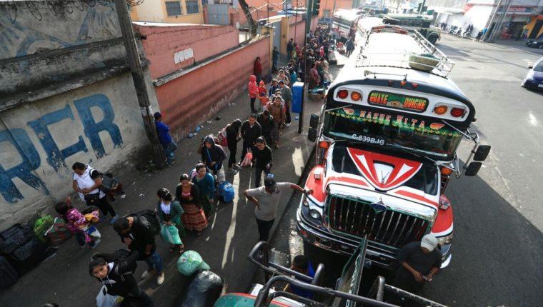 Centenares de personas salieron desde esta mañana de la capital. (Foto Prensa Libre: Carlos Hernández)