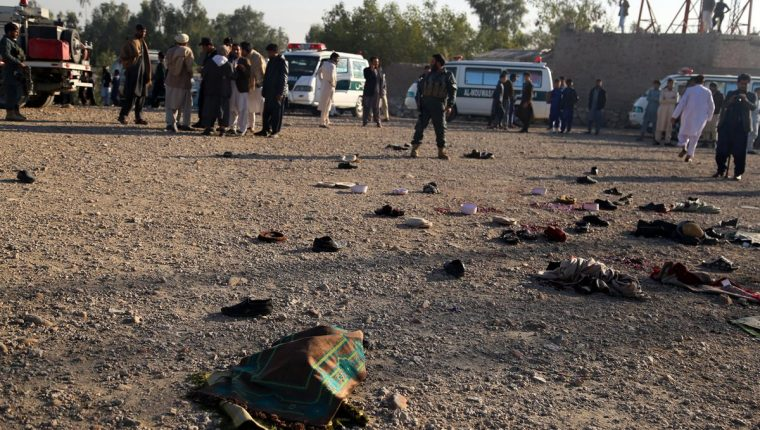 Funcionarios de seguridad inspeccionan la escena de un ataque en el funeral de un exgobernador de distrito en Afganistán. (Foto Prensa Libre: EFE)