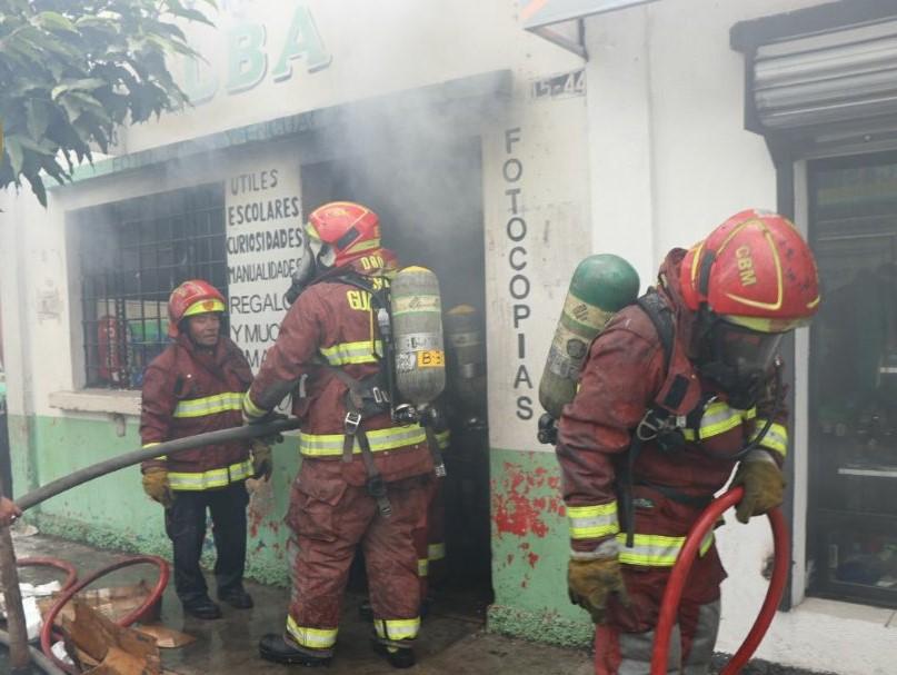 Unos 30 Bomberos Municipales trabajaron para sofocar el incendio de locales comerciales en la zona 5. (Foto, Prensa Libre: Twitter de Bomberos Municipales).