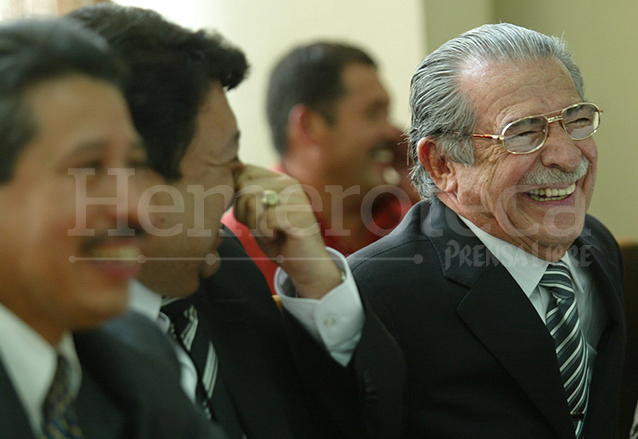 Efraín Ríos Montt sonríe durante la audiencia de apertura a juicio del Caso Negro el 30 de enero de 2006. (Foto: Hemeroteca PL)