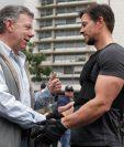 """El actor estadounidense Mark Wahlberg saluda al presidente de Colombia, Juan Manuel Santos, en el set de grabación del filme """"Mile 22"""", en Bogotá. (Foto Prensa Libre, EFE)"""