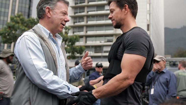 American actor Mark Wahlberg greets the president of Colombia, Juan Manuel Santos, in the recording set of the film