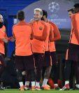 Ándres Iniesta junto a Ivan Rakitic y otros compañeros del Barcelona durante el entrenamiento en el estadio Stamford Bridge. (Foto Prensa Libre: EFE)