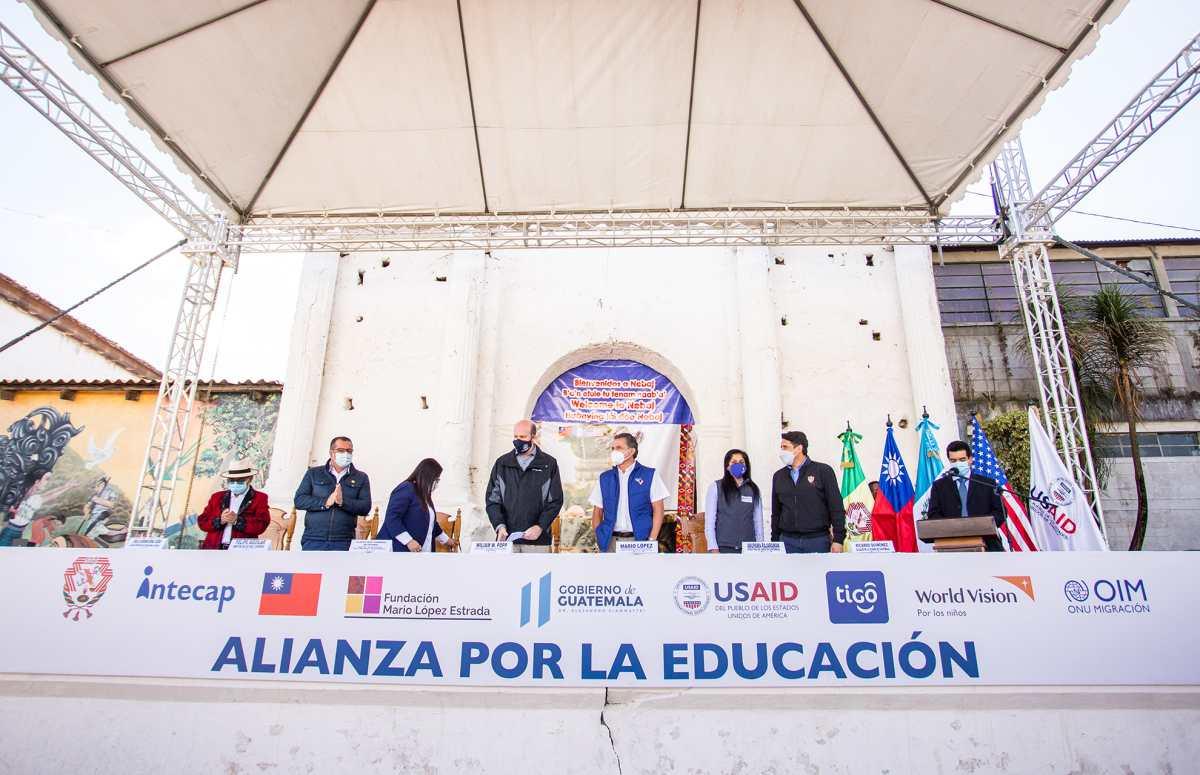 """La Fundación Mario López Estrada y Tigo se unen para presentar el programa nacional """"Alianza por la Educación"""""""