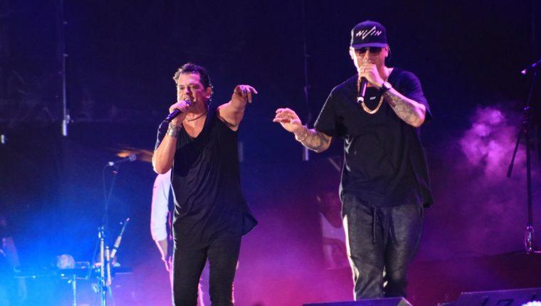 Carlos Vives canta a dúo con Wisin durante la primera noche del Gallo Evolution. (Foto Prensa Libre: Enrique Paredes)