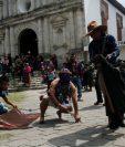 Los gateadores son un grupo de hombres que cada Viernes Santo busca expiar sus pecados. (Foto Prensa Libre: Agencia EFE)