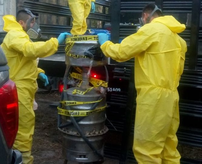 Agentes antinarcóticos decomisan los toneles y canecas incautados. (Foto Prensa Libre: PNC)