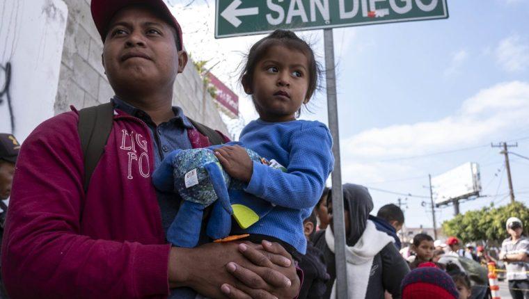 Los inmigrantes centroamericanos que viajan en la caravana esperan asesoramiento legal, en Tijuana, Estado de Baja California, México. (Foto Prensa Libre:AFP).