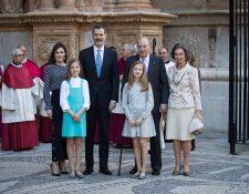 La familia real saliendo de la misa de Pascua en Mallorca, España. (Foto Prensa Libre: AFP)