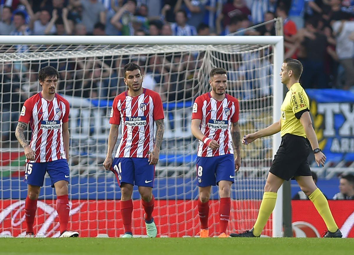 Stefan Savic, Ángel Correa y Saul Niguez se lamentan luego de terminar con la derrota. (Foto Prensa Libre: AFP)