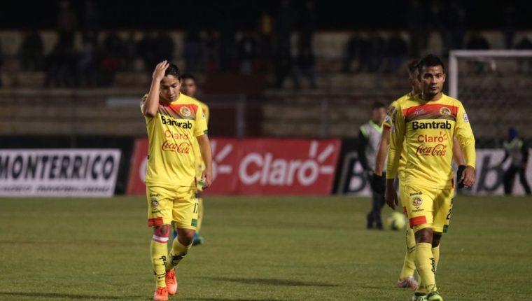 Los jugadores de Marquense no podían creer que recibieron un gol de último minuto que casi les condena a la Primera División. (Foto Prensa Libre: Raúl Juárez)