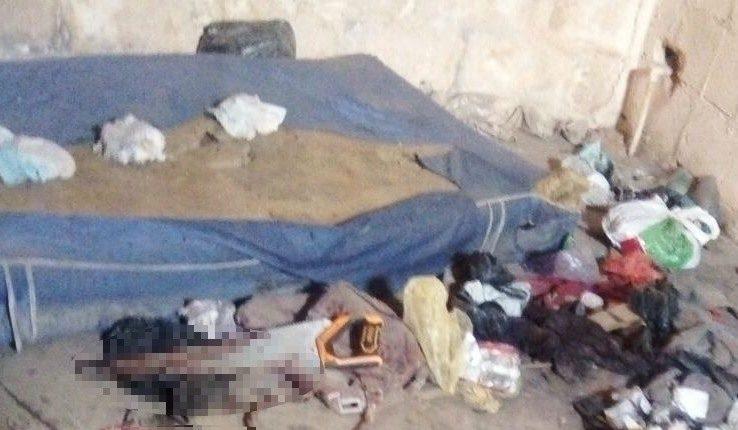 Un serrucho con manchas de sangre fue localizado en la vivienda. (Foto Prensa Libre: PNC).