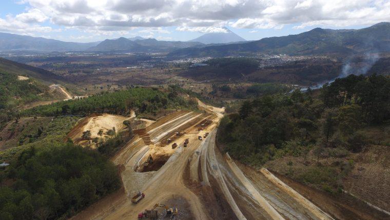 La construcción del Libramiento de Chimaltenango avanza luego de que propietarios de terrenos permitieran el ingreso de maquinaria. (Foto Prensa Libre: Víctor Chamalé)